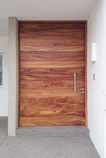puerta de acceso principal de madera
