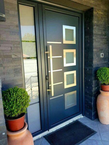 puerta de entrada de aluminio con vidrios