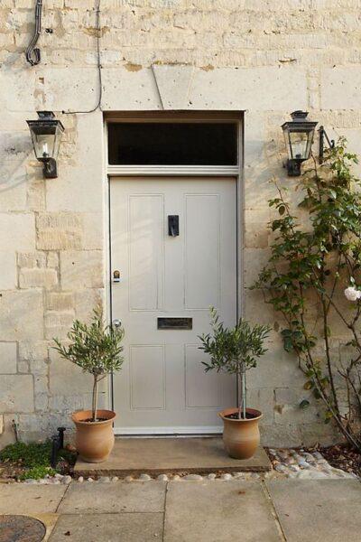 puerta principal de color crema