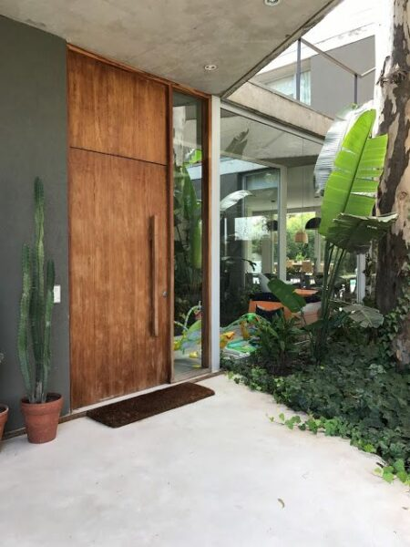 puerta principal de madera