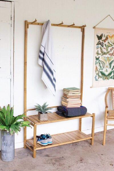recibidor con perchero de madera de bambu