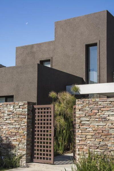 revestimiento de muro exterior con piedra