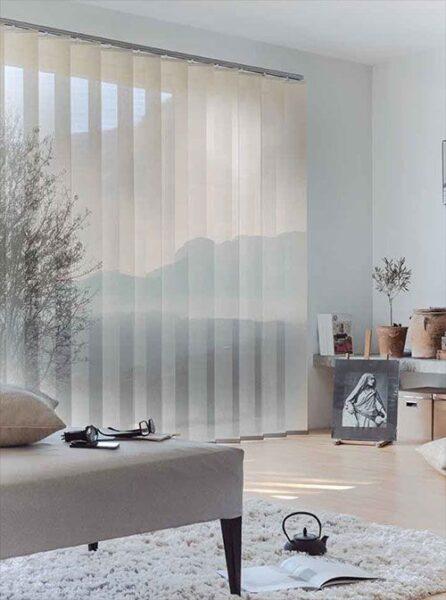 sala de estar con cortinas americanas o venecianas verticales