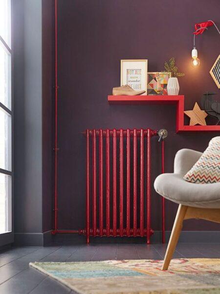 sala de estar con pared gris y detalle en rojo