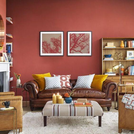 sala de estar con pared roja moderna y retro