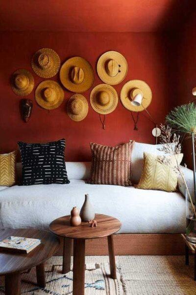 sala de estar con pared roja moderna y rustica