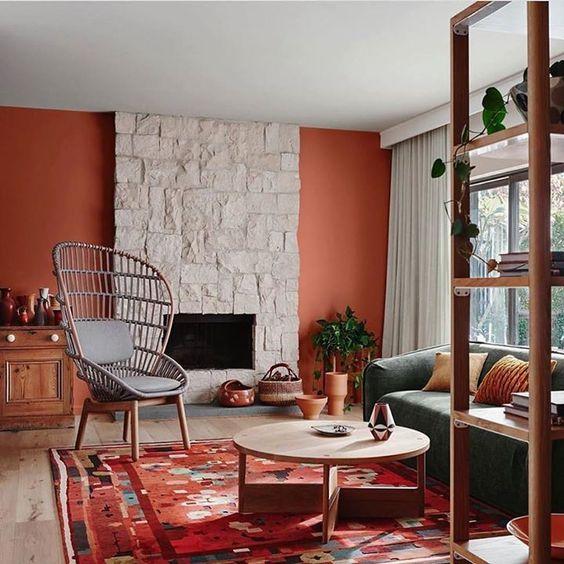 sala de estar con pared roja y muebles grises