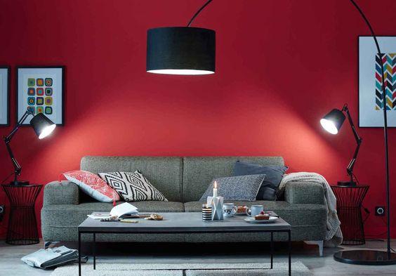 sala de estar con pared roja y sofa gris