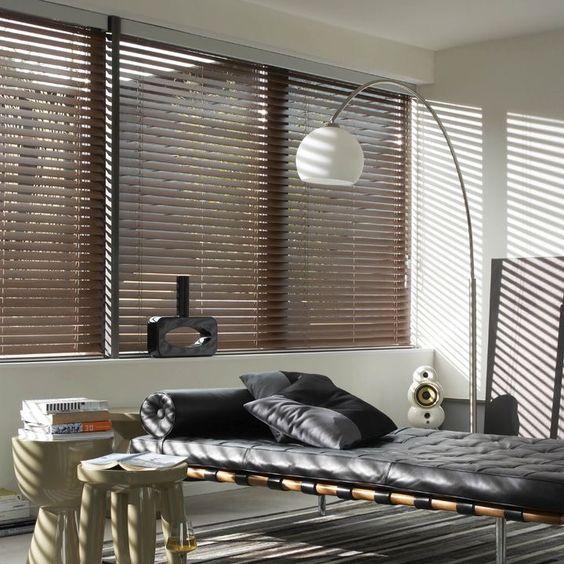 sala de estar minimalista moderna con persiana americana