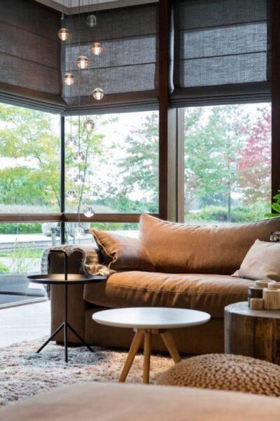 sala de estar moderna con cortinas romanas