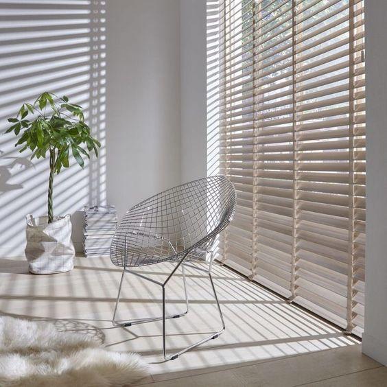 sala de estar moderna con persianas americanas o venecianas