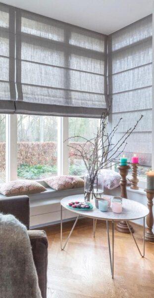 sala de estar pequeña con cortinas romanas grises