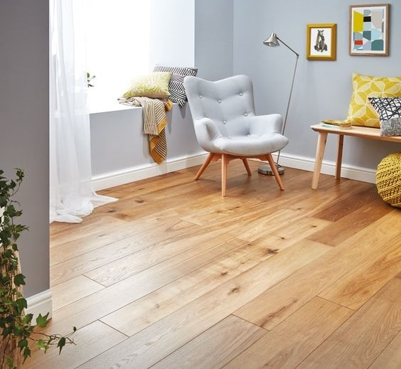 Pisos con tablas cortas de madera clara