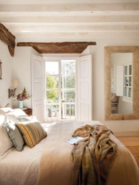 Ventanas antiguas de madera pintadas de blanco