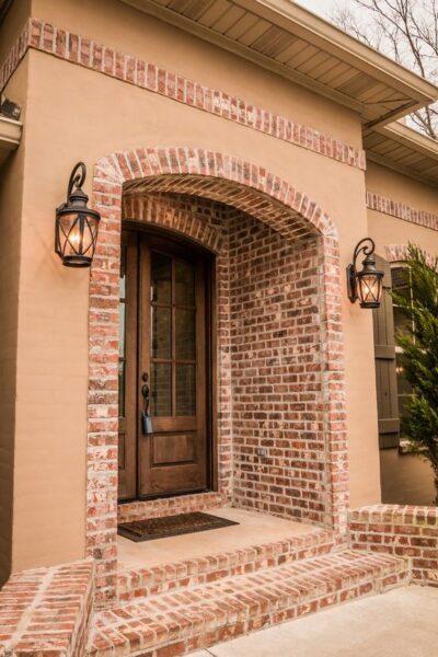 fachada con ladrillo visto y pared beige