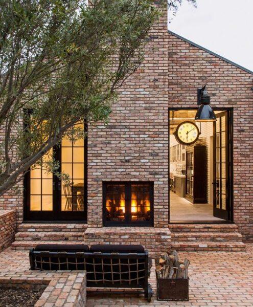 fachada de casa tradicional moderna con ladrillo visto