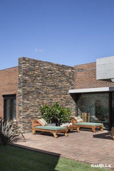 fachada moderna con ladrillo visto y piedra