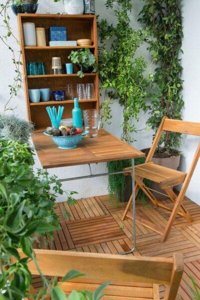 pequena terraza con piso deck de madera
