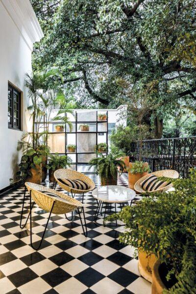 terraza moderna y vintage con pisos en blanco y negro